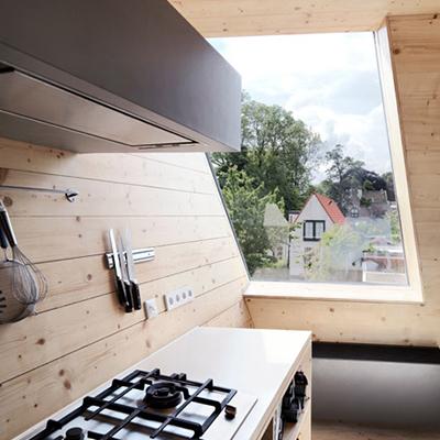 Houten keuken met uitzicht